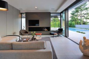 TV e lareira na mesma parede. Aqui, a combinação num espaço interior.