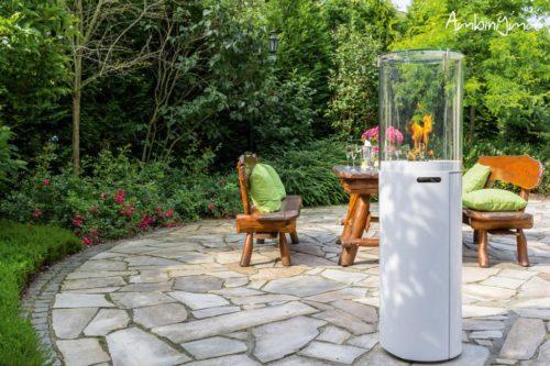 Aquecedor de exterior a gás branco num jardim