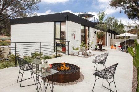 Lareira exterior personalizada a gás, lenha ou etanol num terraço com mobiliário de exterior em redor